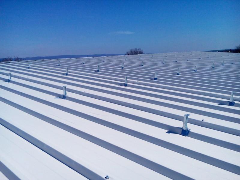 Основи за ламаринен покрив за монтаж на конструкция за соларни модули.