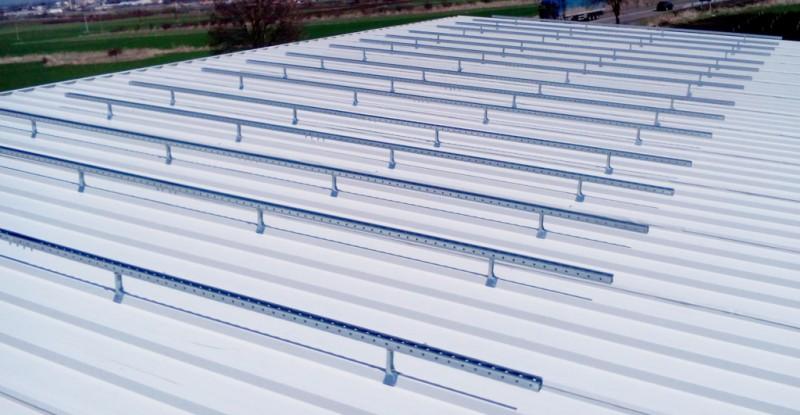 Конструкция върху ламаринен покрив за фотоволтаични модули.