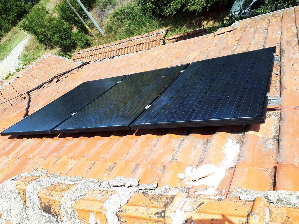 соларни панели върху керемиден покрив