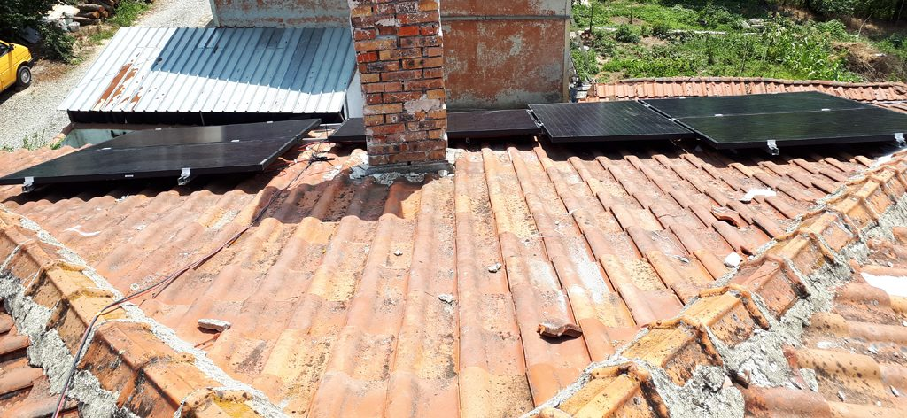 соларни модули върху керемиден покрив